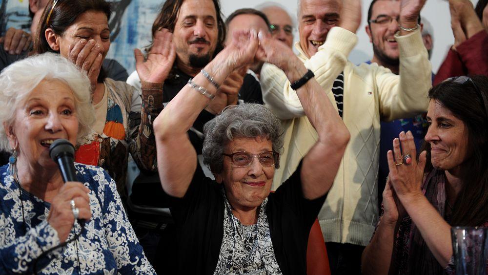 Martín es hijo de Jorge Oscar Ogando y Stella Maris Montesano, ambos secuestrados por la dictadura en octubre de 1976.