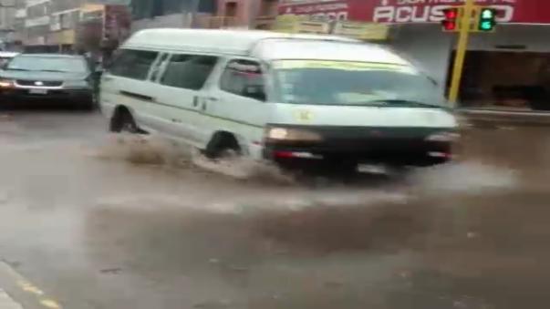 Gran parte de las calles quedaron intransitables y en los sectores más críticos colapsaron buzones de desagüe.