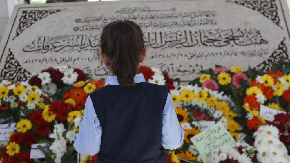 Más de una decena de coronas de flores descansaban a los pies del mausoleo.