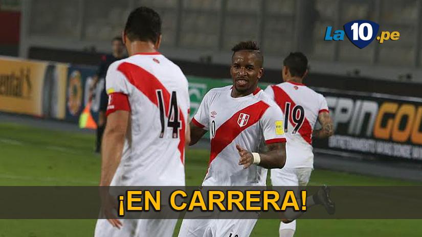 Jefferson Farfán celebra su gol con Claudio Pizarro.