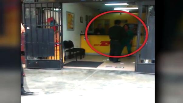 Mujer armó escándalo y golpeó a efectivo policial