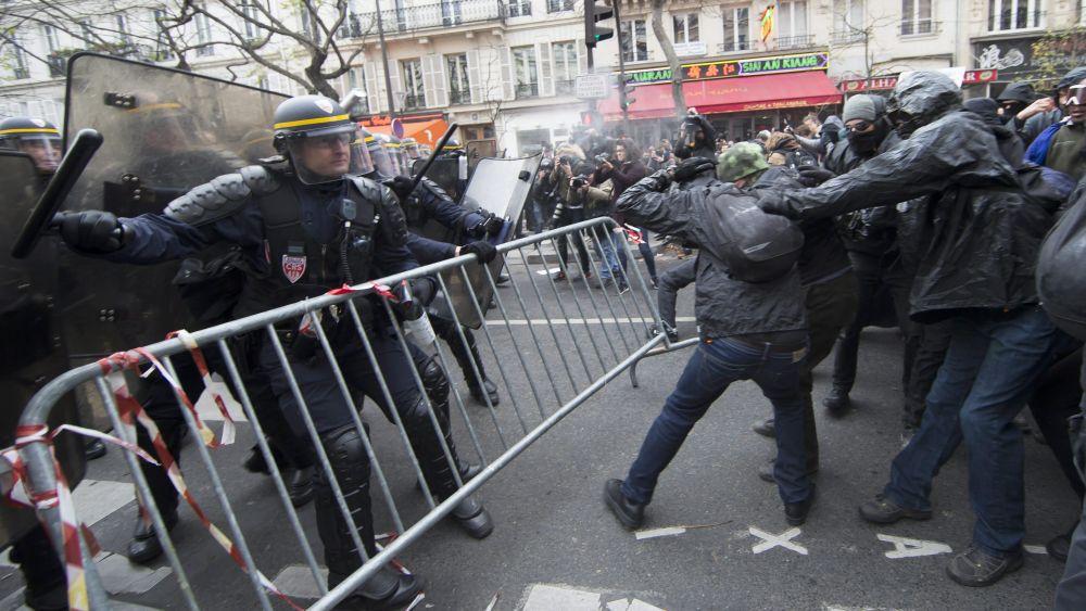 La situación degeneró en enfrentamientos con varios cientos de agentes antidisturbios.