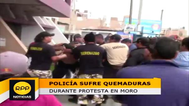 Efectivo policial se vio afectado por el fuego durante manifestación en municipio de Moro.