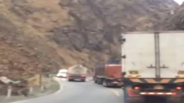 El camión invadió carril contrario