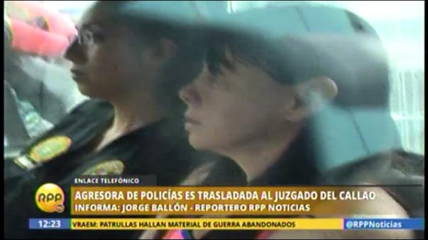Mujer agrede a policía en el aeropuerto