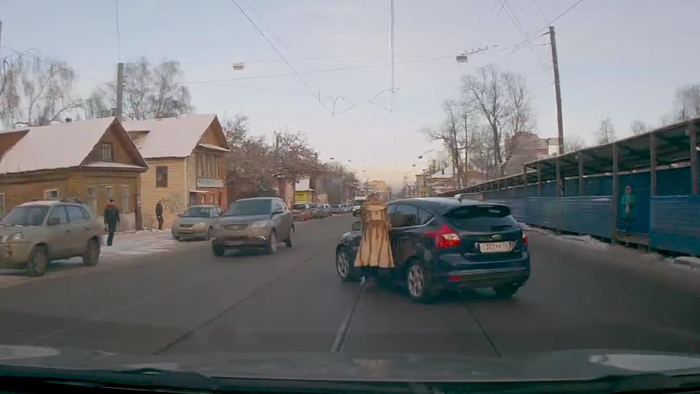 Esta rusa olvidó colocar el freno de mano en su carro y casi ocasiona un accidente de tránsito.