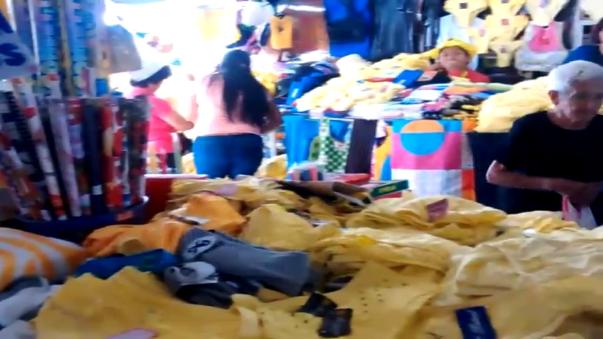 Conforme pasan las horas, se incrementa la venta de prendas y accesorios amarillos en principales centros comerciales y mercados de Trujillo.
