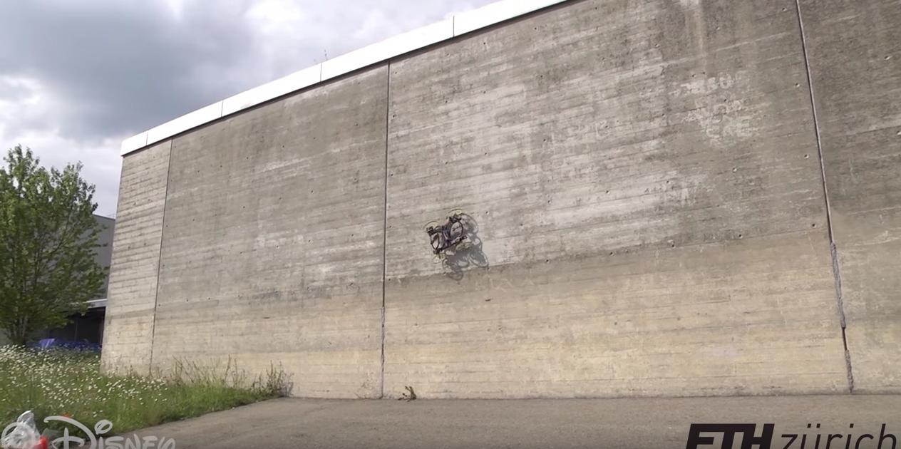 El robot diseñado por Disney trepando las paredes.