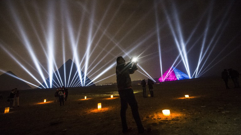 Egipto celebró el año nuevo con un espectáculo de luces y sonidos en las pirámides y también con un gran despliegue de juegos pirotécnicos.