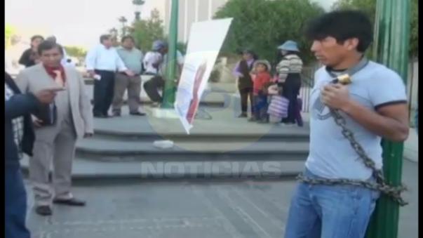 Pobladores se encadenaron frente al Poder Judicial de Arequipa
