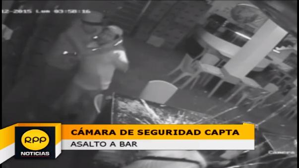 Sujetos utilizaron botellas de vidrio para amenazar a dueños de bar.