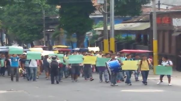 Universitarios piden salida del rector frente al Poder Judicial.