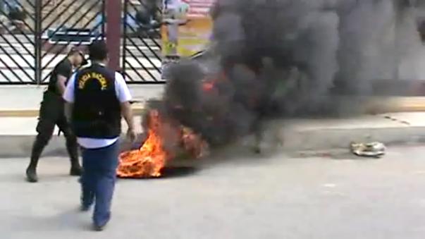 Manifestantes quemaron llantas en la puerta principal de la Universidad de Tumbes.