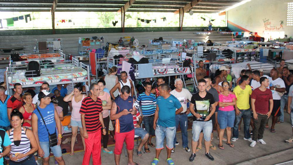 Decenas de los isleños varados en Panamá duermen en el gimnasio municipal de Progreso.