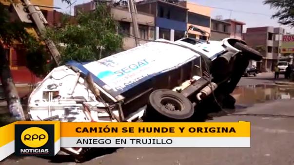 Vecinos soportaron por horas el fétido olor debido al colapso de las tuberías de desagüe tras el hundimiento del camión recolector de basura.