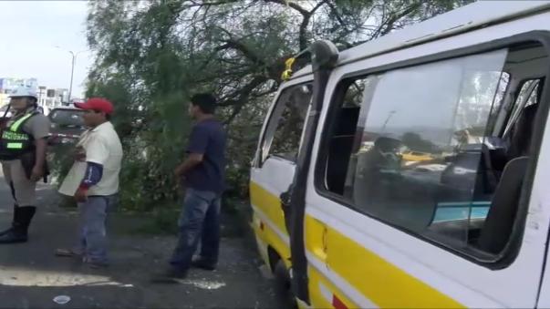 Combi de la empresa Girasoles salió de la pista y chocó contra un árbol en la avenida Nicolás de Piérola.