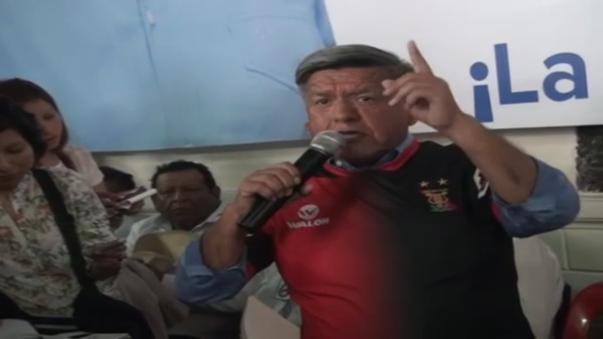 César Acuña recorrió los mercados de la zona norte de la ciudad de Arequipa vistiendo su camiseta del FBC Melgar.