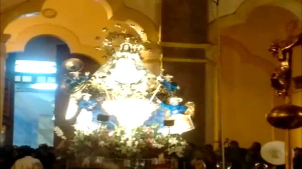 A paso lento la imágen de la Virgen de la Candelaria fue cargada por fieles.