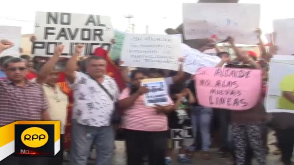 Numeroso grupo de transportistas interurbano protestan en exteriores de gerencia de Transportes de Chiclayo.