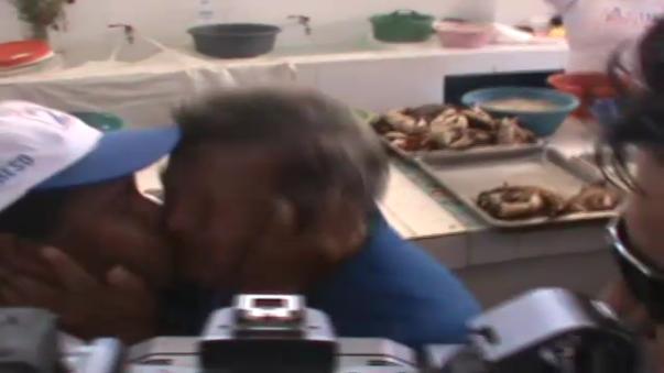 Simpatizante besa a Acuña