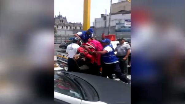 Como se ve en el vídeo, luego de agredirlo, lo dejan libre.