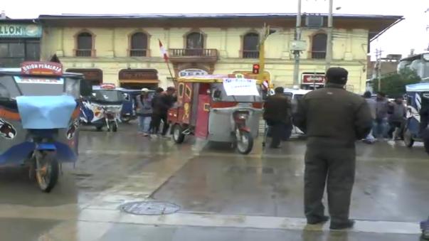 Más de cien transportistas estacionaron sus motataxis en la plaza Humanmarca como protesta.