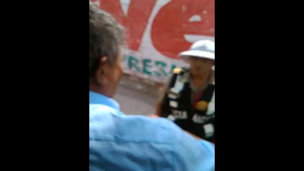Chofer de combi discute con policía de tránsito.