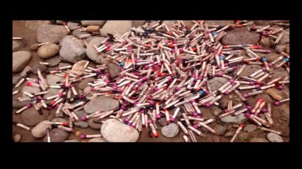 Hallan cientos de tubos de prueba con sangre