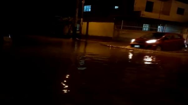 Calles inundadas por fuertes lluvias en Piura.