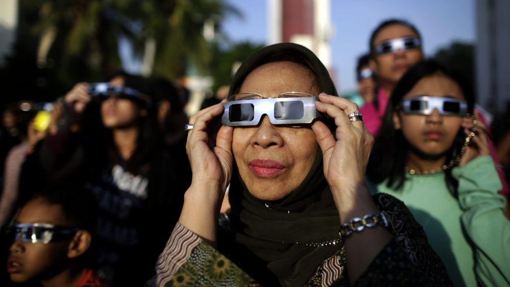 Miles de personas madrugaron para ver el único eclipse total de sol de 2016.