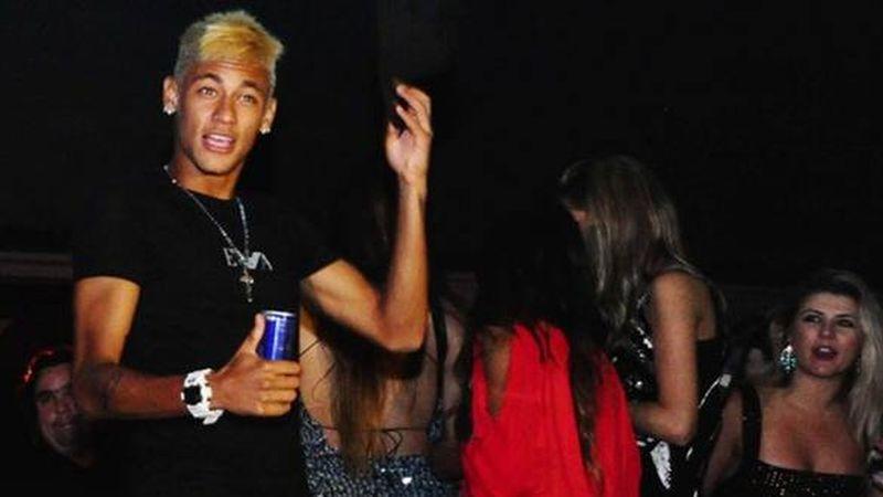 Neymar se va de fiesta.