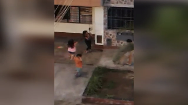El usuario pidió retirar dicho cable y que los padres de estos niños los supervisen.
