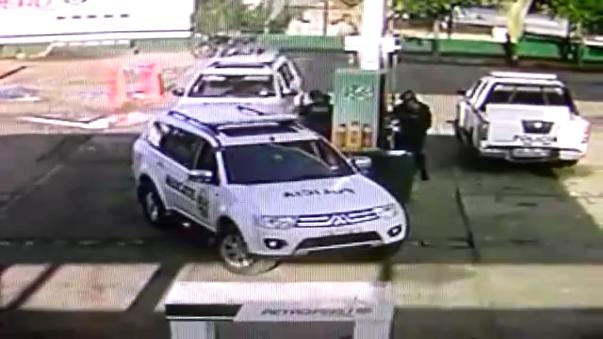 Patrullero chocó con surtidor de gas.
