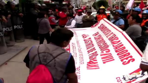 Obreros provistos de pancartas y banner protestaron por bajos jornales y condiciones inseguras de trabajo.