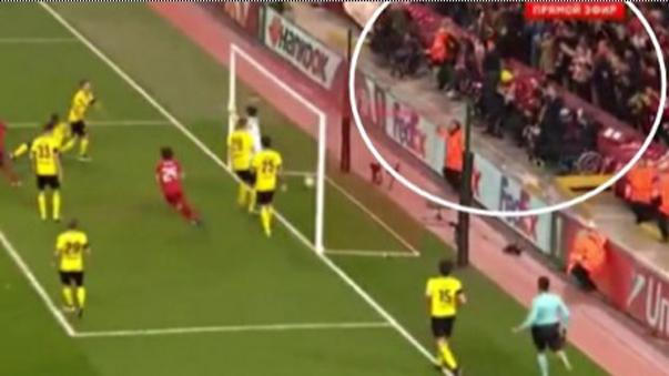 Hinchas de Liverpool saltaron se sus sillas de ruedas.