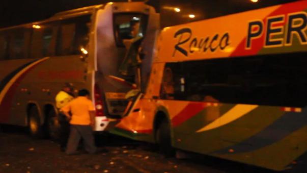 Debido al violento choque, el chofer de Ronco, Martin Nizama Sandoval quedó atrapado entre los fierros.