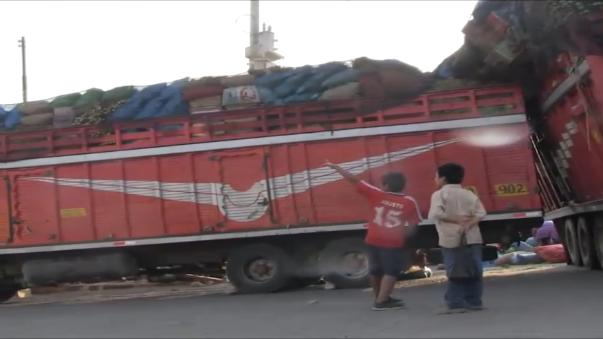 Momentos de tensión vivieron transportistas, comerciantes y transeúntes cuando camión estuvo a punto de voltearse.
