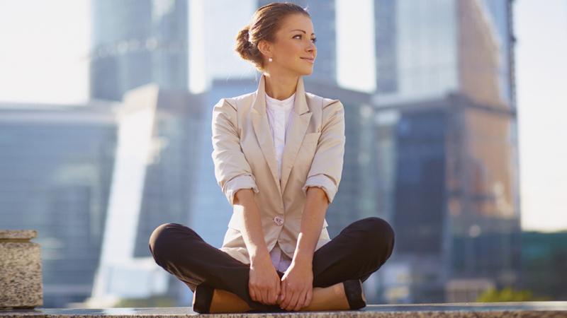 Algunas posturas de yoga para evitar el estrés en la oficina