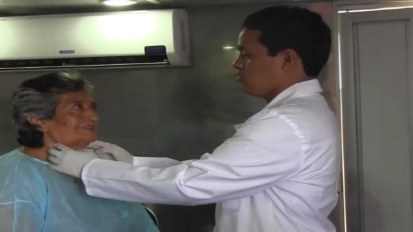 Clínicas móviles permanecen en el frontis del hospital Santa Rosa