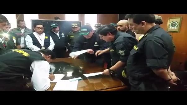 Autoridades colombianas ponen a Gerson Gálvez en manos de la policía peruana.