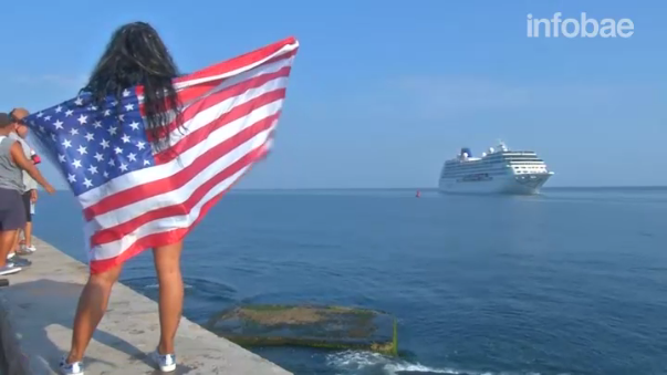 Con banderas cubanas e incluso una estadounidense, decenas de cubanos recibieron a los 704 pasajeros del primer crucero estadounidense en 50 años.