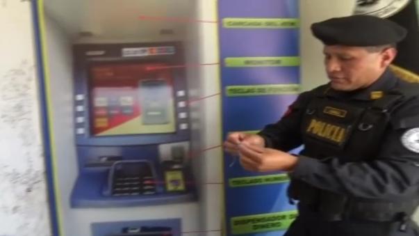 La policía trabaja en la identificación de los malhechores grabados por las cámaras de las entidades bancarias.