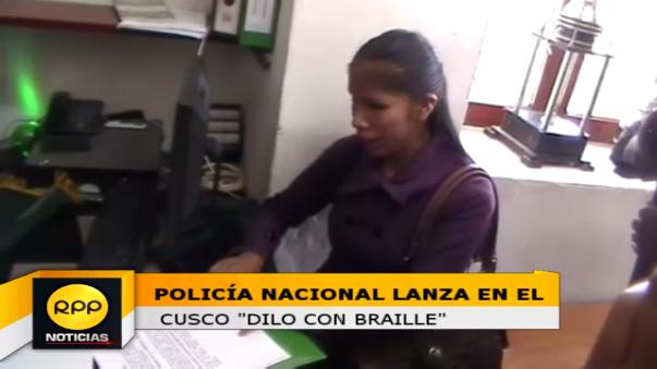 Una estudiante universitaria realizó la lectura de la cartilla informativa confeccionada en la comisaría de Viva el Perú, con el fin de atender adecuadamente a las personas con discapacidad visual