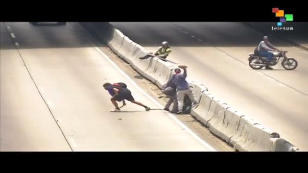En este video que se viralizó en YouTube se puede ver a supuestos manifestantes opositores golpeando a un funcionario de la Policía Nacional Bolivariana.