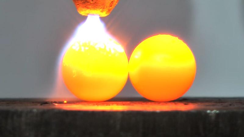 Bolas de níquel son aplastadas fácilmente por prensa hidraulica. Video fue compartido en YouTube