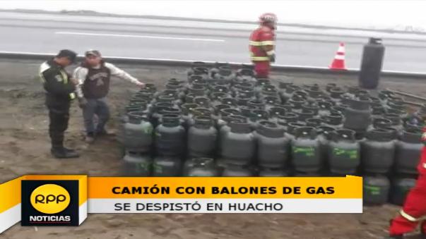 Los bomberos retiraron los balones de gas que cayeron a un lado de la Panamericana Norte.
