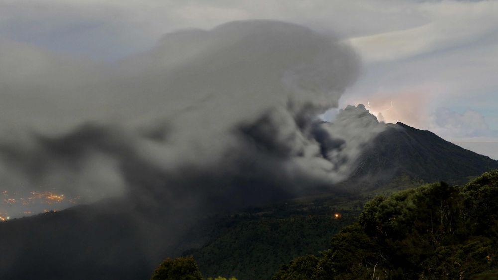 La erupción del volcán ocurrió a las 7:40 de la mañana del viernes.