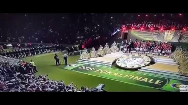 Aquí el preciso momento en que Pep Guardiola levanta la DFB Pokal.
