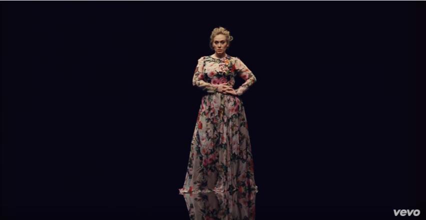 La popular cantante presentó su más reciente videoclip de la canción