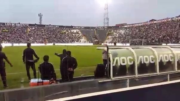 Roberto Mosquera es resistido por la hinchada de Alianza Lima